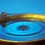 Egy vödör víz vízcseppel